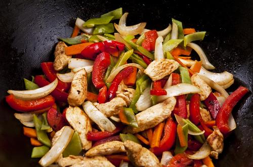 חזה עוף מוקפץ עם ירקות בריא וטעים