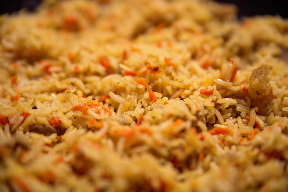 אורז כתום עם קוביות חזה עוף